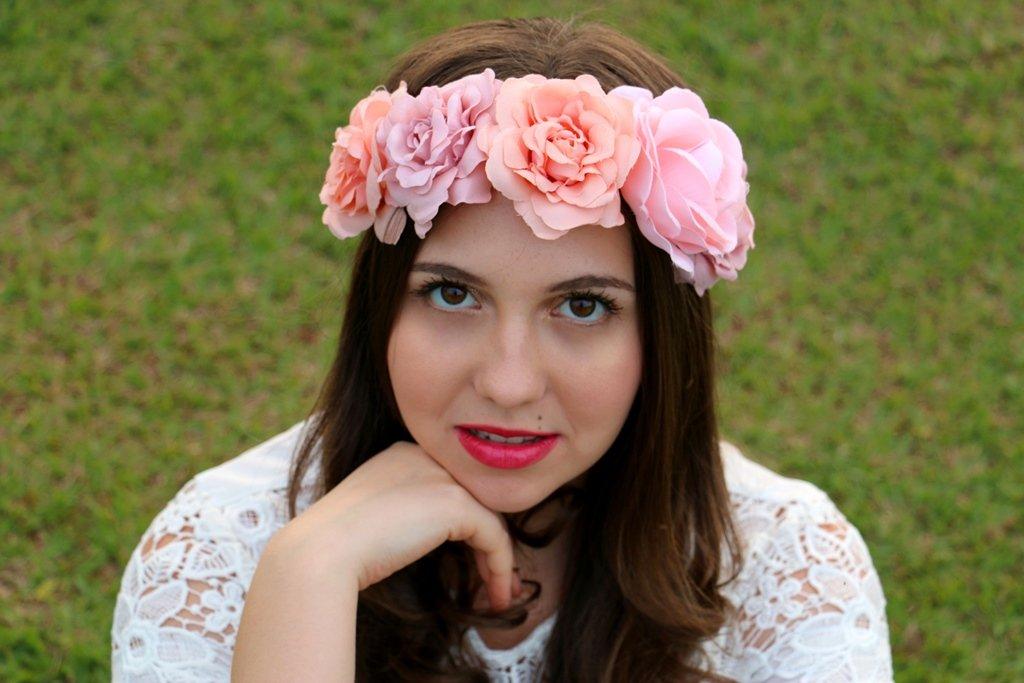 Look moderno e feminino com tiara de flores rosa