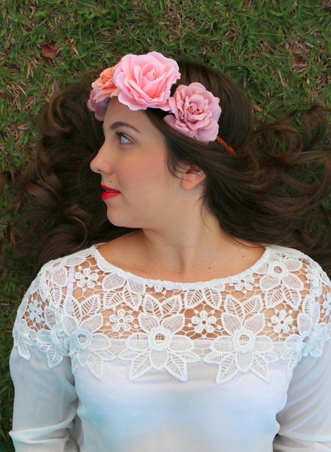 Acessórios: cabelo castanho com coroa de flores rosa