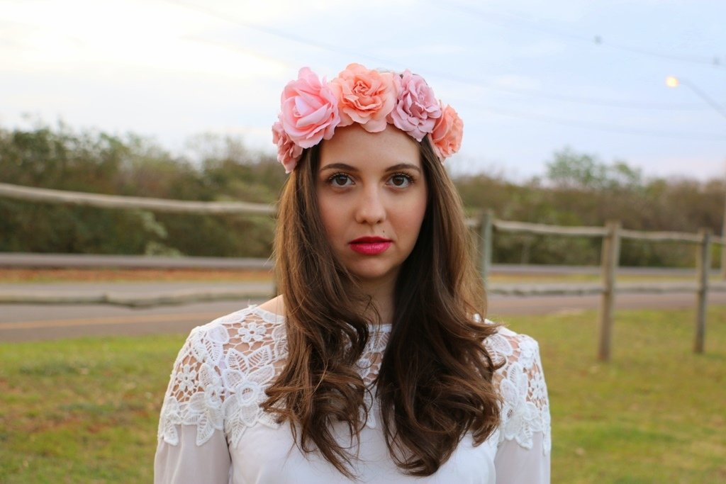 Look do dia inspirado em Lana Del Rey: blusa de renda e tiara/coroa de flores