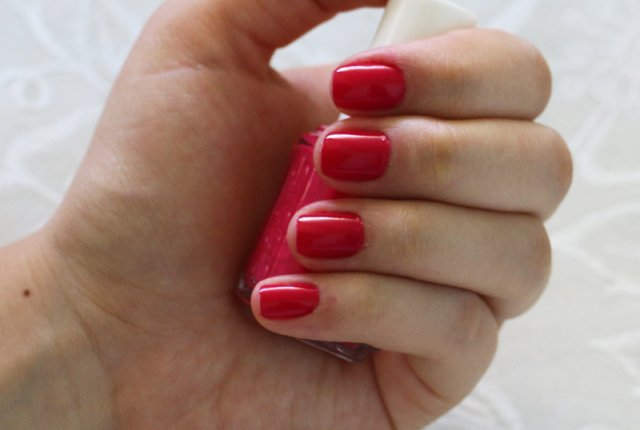 Unhas com esmalte rosa Essie Watermelon