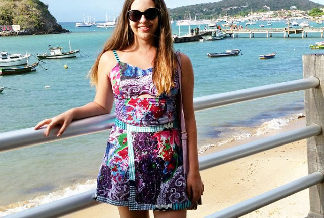 Look do dia na praia usando conjunto estampado