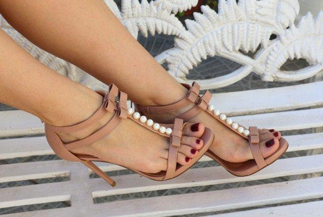 Blogueira usando sandália Candy nude com laços e pérolas, coleção da Lala Rudge para UZA