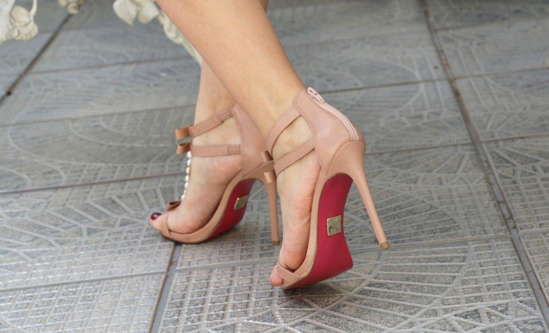 Sandália linda com pérolas e solado pink da Lala Rudge