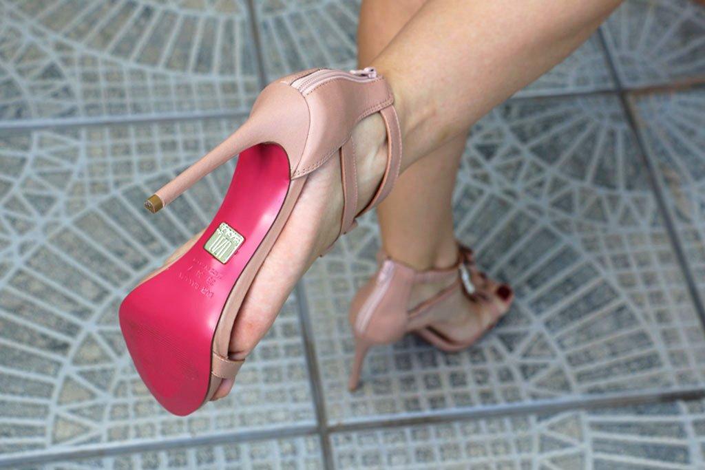 Sandália nude com solado pink da Lala Rudge para UZA