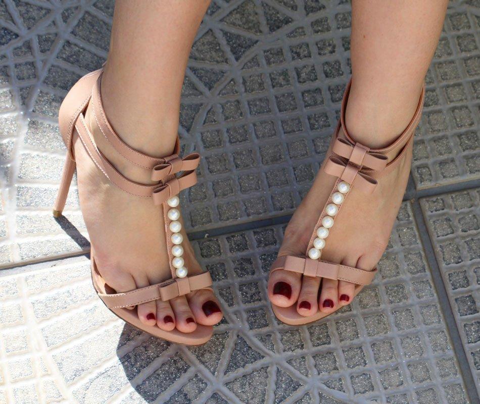 Sandália nude com laços e pérolas - Lala Rudge para UZA