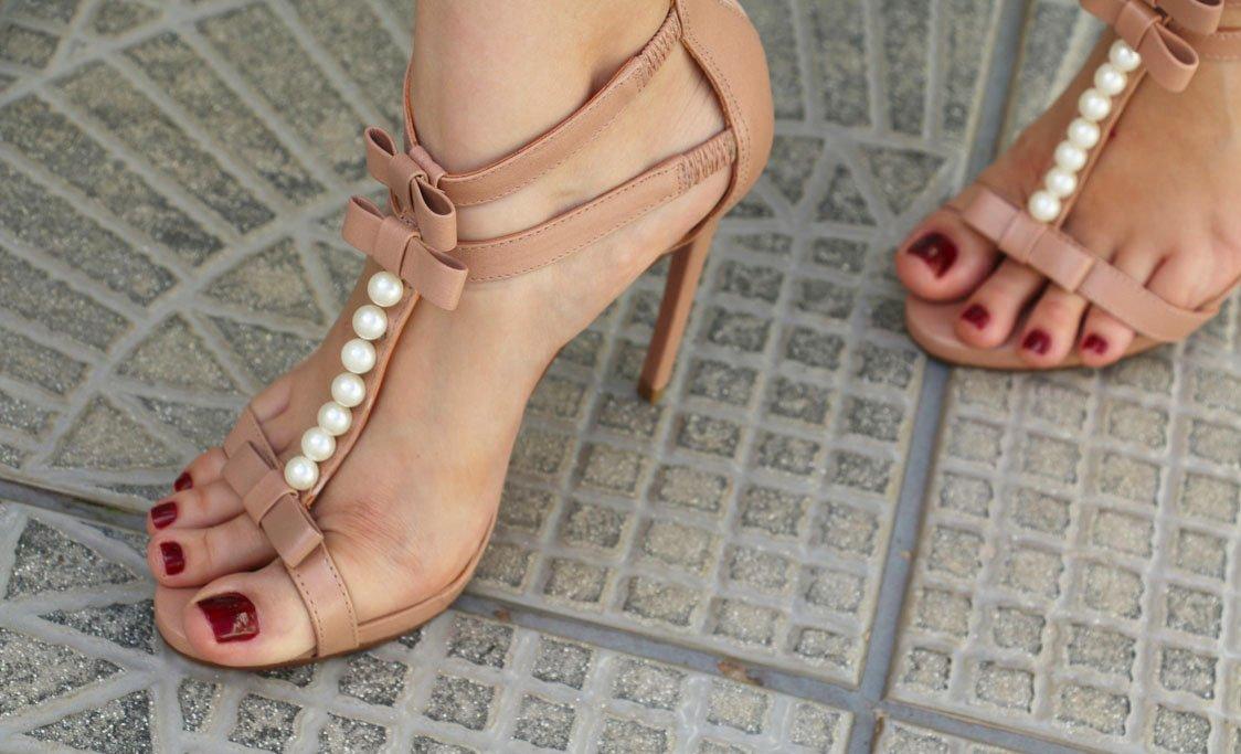 Close-up com detalhes da sandália Candy Nude da Lala Rudge