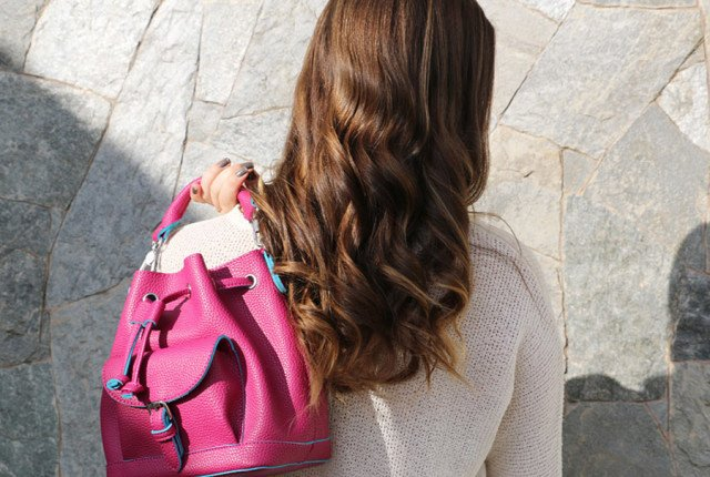 Look com bolsa saco (bucket bag) rosa