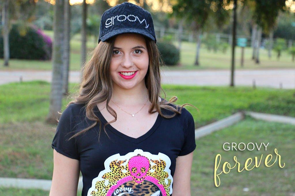 Blogueira usando camiseta e boné renda da Groovy Forever