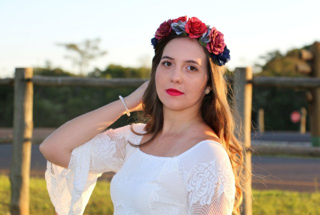 Look do dia com coroa de flores e vestido da Limone Modas