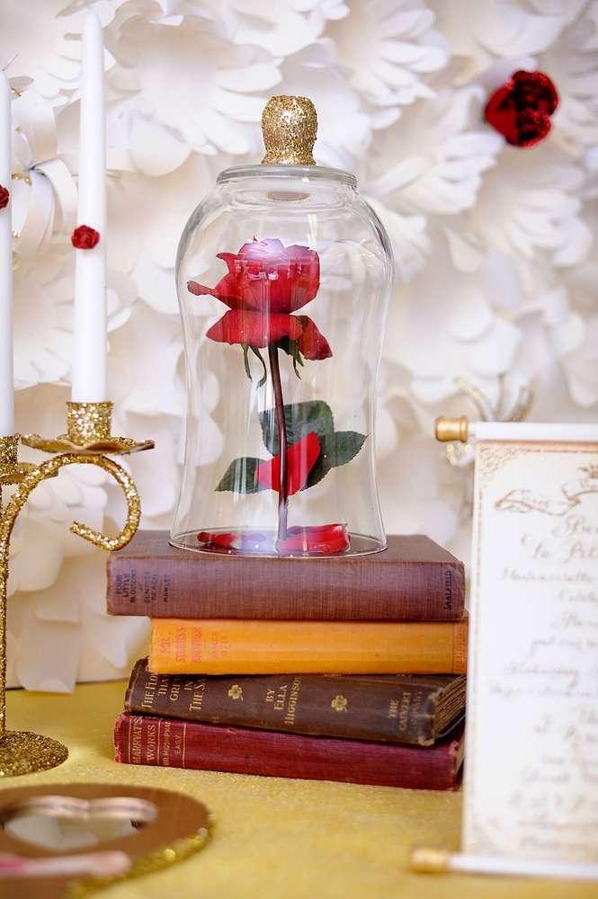 Rosa encantada na cúpula de vidro