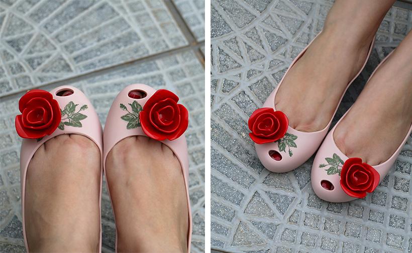 Sapatilha da Melissa Ultragirl + A Bela e a Fera rosa nude com vermelho no pé